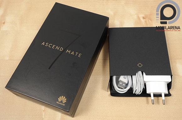 Huawei Ascend Mate 7 kézben tartva