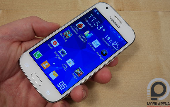 Samsung Galaxy Ace 4 kézben tartva