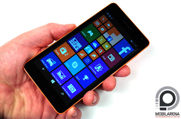 Microsoft Lumia 535 Dual SIM kézben tartva