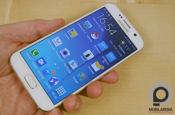 Samsung Galaxy S6 kézben tartva