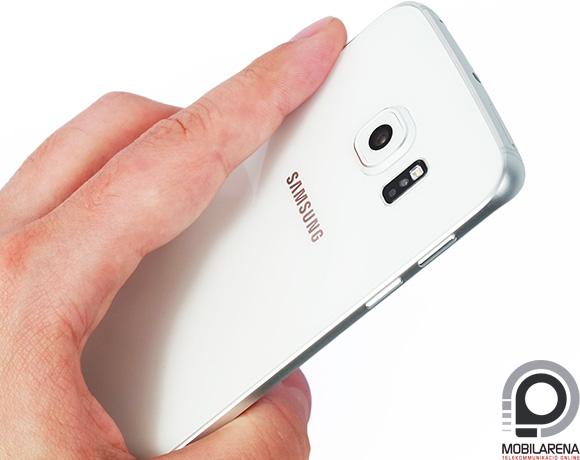 Az edzett üveg hátlap szép, a Samsung Galaxy S6 edge kamerája viszont kitüremkedik
