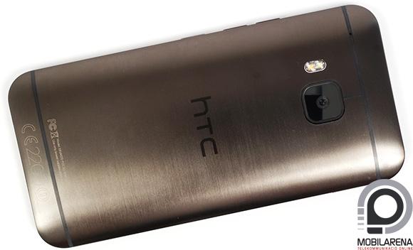 A HTC One M9 szálcsiszolt fém hátlapján egy nagy felbontású kamera virít