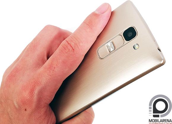 Az LG Spirit műanyag hátlapja remekül imitálja a szálcsiszolt fémházat