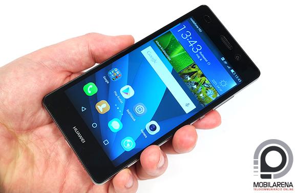 Huawei P8 Lite kézben tartva