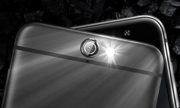 A hátlapi kamerának dupla ledes villanó és optikai képstabilizátor segít be