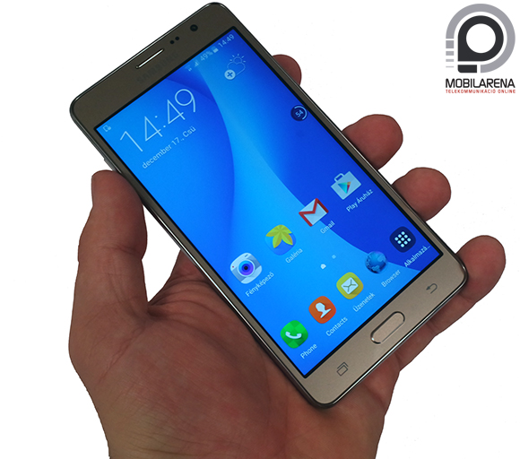 Samsung Galaxy On7 kézben tartva